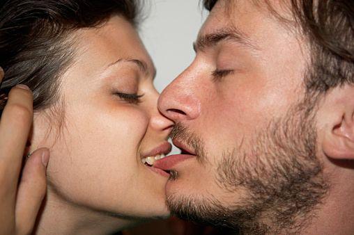 下唇を甘噛みするキスはセクシー………らしい 【キス特集】