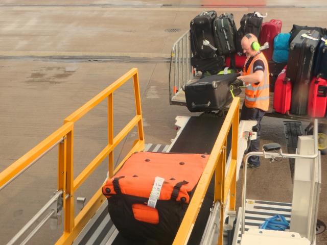 飛行機の預け荷物が「23kg」という微妙な重量に設定されている理由