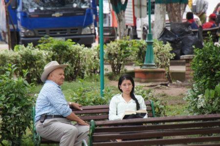 前を歩くセクシーなコロンビア女性に目を取られて、友人といっしょに足元の段差につまずいた話【美女多し、脇見歩行注意】